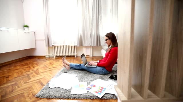 忙しい現代の女性 - long点の映像素材/bロール