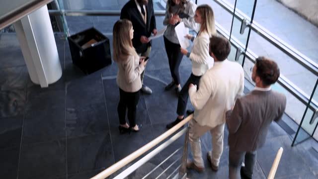 会社で忙しい朝 - 通過する点の映像素材/bロール