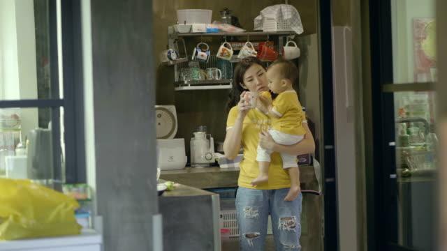 vídeos de stock, filmes e b-roll de mãe ocupada - comida de bebê