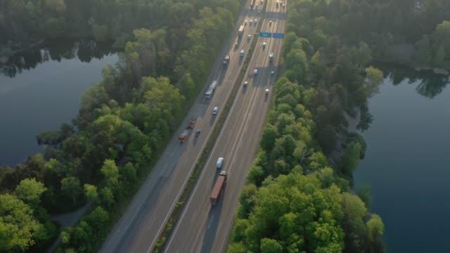 vídeos y material grabado en eventos de stock de busy motorway at sunrise - vía principal