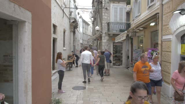 busy narrow street, zadar, zadar county, dalmatia region, croatia, europe - kraneinstellung stock-videos und b-roll-filmmaterial