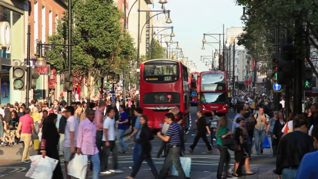 vidéos et rushes de busy oxford street in london with people shopping. - city street