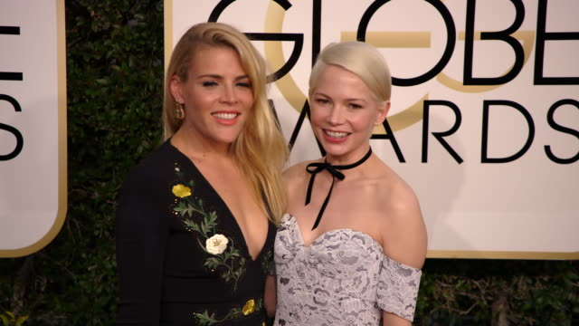 vídeos de stock, filmes e b-roll de busy philipps and michelle williams at the 74th annual golden globe awards arrivals at the beverly hilton hotel on january 08 2017 in beverly hills... - michelle williams
