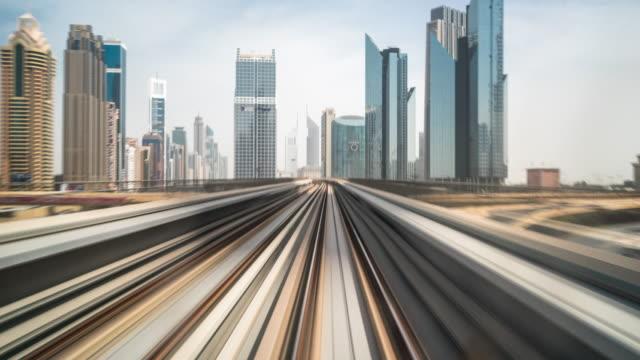 忙しい鉄道トラックと近代的な都市の時間経過のミッドタウンで近代的な建物 - 高速列車点の映像素材/bロール