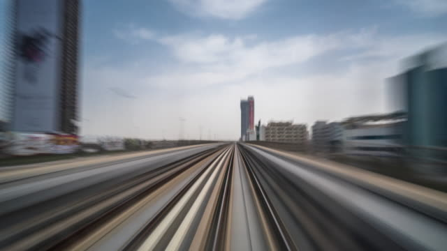 beschäftigt eisenbahnschienen und moderne gebäude in der stadtmitte von modernen stadt zeitraffer - dubai stock-videos und b-roll-filmmaterial