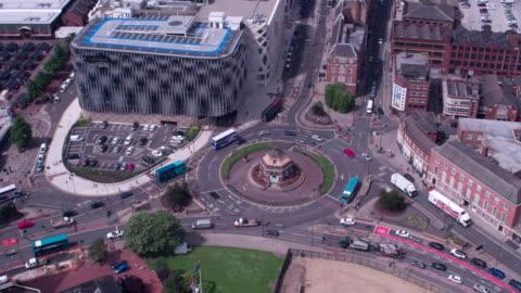 vídeos y material grabado en eventos de stock de busy roundabout leeds, buses, cars, lorrys - leeds