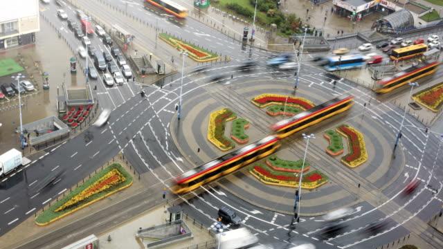 vidéos et rushes de occupé effet time-lapse rond-point - tramway