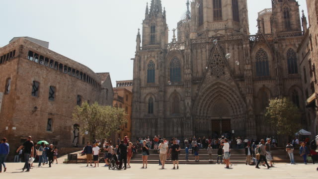 stockvideo's en b-roll-footage met busy scenic outside barcelona cathedral, gothic quarter, barcelona spain. - quarter