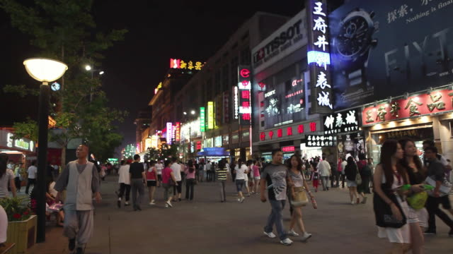 vídeos de stock, filmes e b-roll de ws busy shopping street at night / beijing, china - língua chinesa