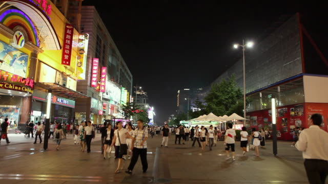 vidéos et rushes de ws busy shopping street at night / beijing, china - pékin