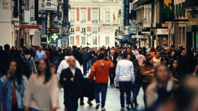 vídeos de stock e filmes b-roll de busy shopping street in madrid - pessoas