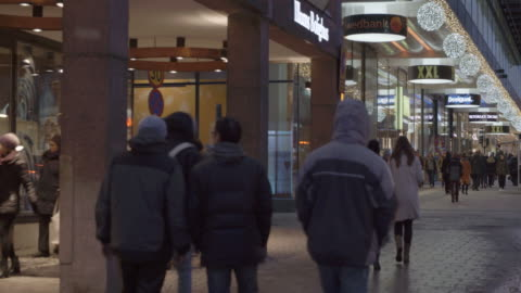 stockvideo's en b-roll-footage met busy shopping street in stockholm, sweden - sweden