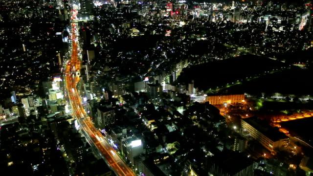 にぎやかな通りを空から見た景観
