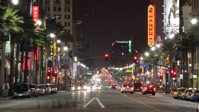 vidéos et rushes de t/l ws busy street at night / los angeles, california, usa - hollywood boulevard