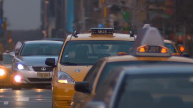 stockvideo's en b-roll-footage met ms cu busy street at twilight / new york city, new york, usa - 2010