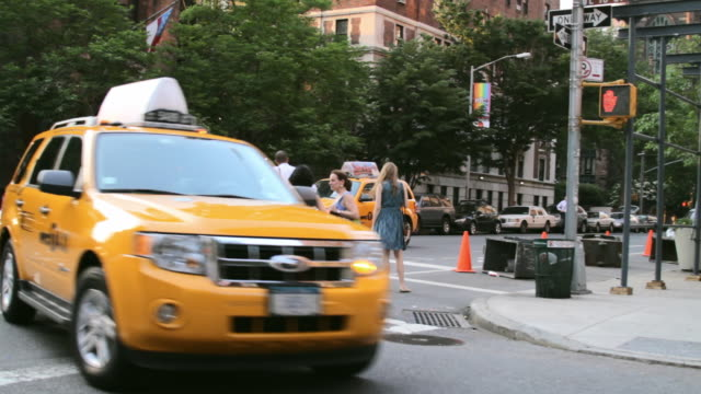 vidéos et rushes de busy street corner in greenwich village - taxi