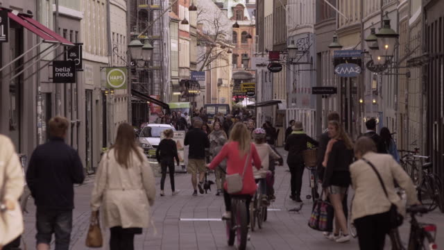 busy street in copenhagen - kopenhagen stock-videos und b-roll-filmmaterial