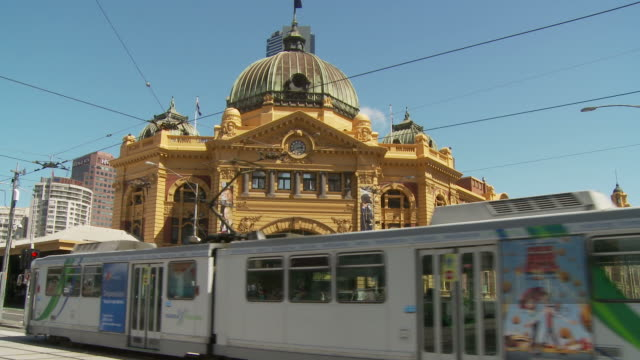 WS Busy street in front of Flinders Street Station / Melbourne, Australia