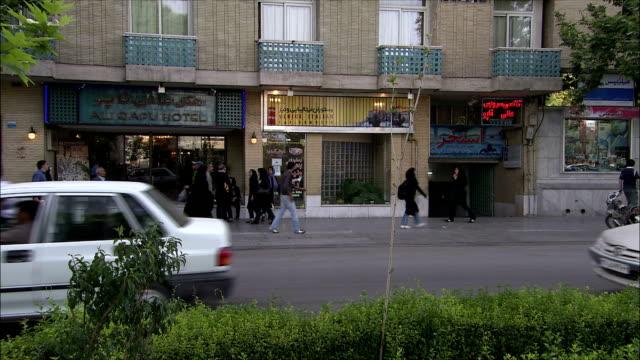 ws busy street in front of hotel isfahan, iran - arabic script stock-videos und b-roll-filmmaterial