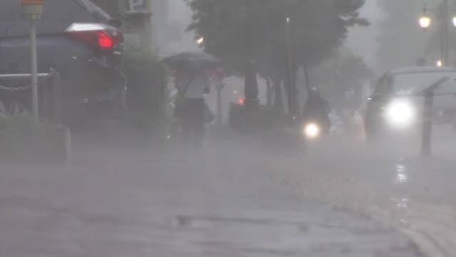 busy street in heavy rain, japan - zona pedonale strada transitabile video stock e b–roll