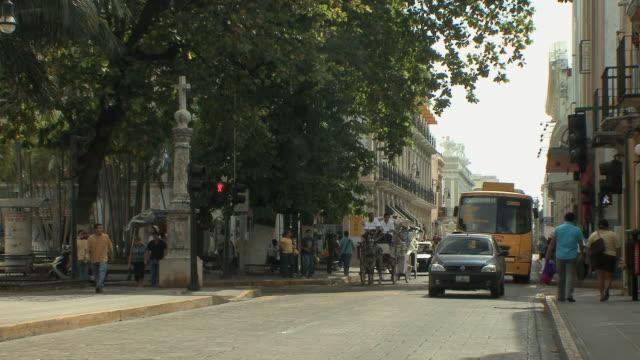 vidéos et rushes de ws busy street in old town / merida, yucatan, mexico - voiture hippomobile