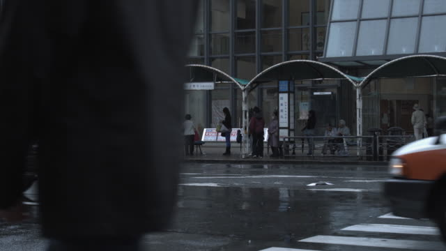 ms busy street in rain, kyoto, japan - bushaltestelle stock-videos und b-roll-filmmaterial