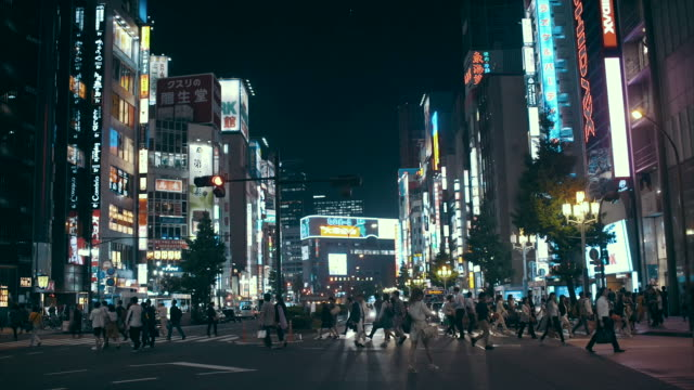 にぎやかな通りの渋谷区 - 夜点の映像素材/bロール