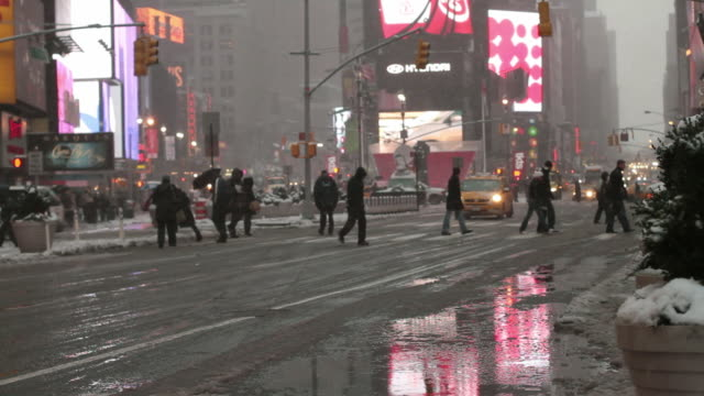 ws busy street in times square at dusk in winter / new york city, new york, usa - fanghiglia video stock e b–roll