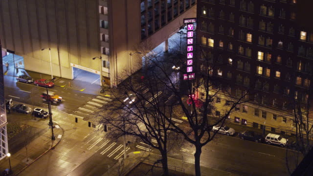 t/l ws ha busy street intersection at night / seattle, washington, usa - 角点の映像素材/bロール