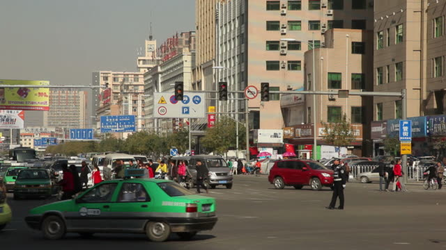 stockvideo's en b-roll-footage met ws busy street intersection / hohhot, inner mongolia, china - mongolië