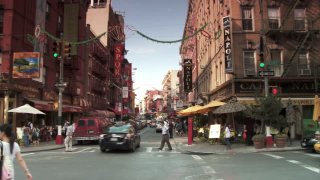 ws pan busy street intersection in little italy / new york city, new york, usa - cultura italiana video stock e b–roll