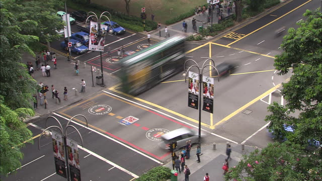t/l, ws, ha, busy street intersection, singapore - taxi stock-videos und b-roll-filmmaterial