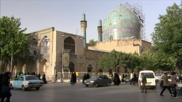ws busy street intersection with imam mosque in background, isfahan, iran - iran stock videos and b-roll footage