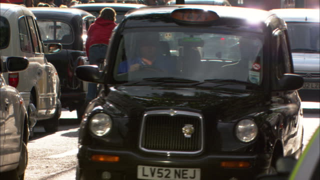 vidéos et rushes de cu, busy street, london , england - taxi