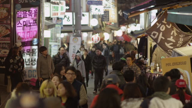 stockvideo's en b-roll-footage met a busy street of seoul at evening - seoel