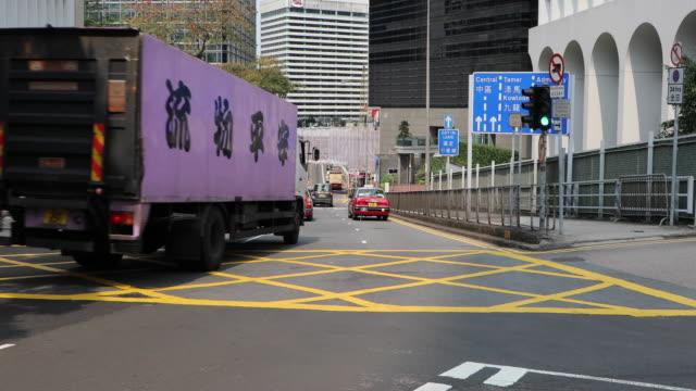 busy street on hong kong island, china - 路面軌道点の映像素材/bロール