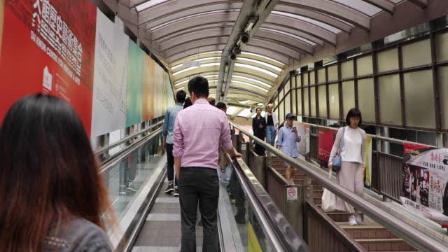busy street on hong kong island, china - gewerbliches schild stock-videos und b-roll-filmmaterial