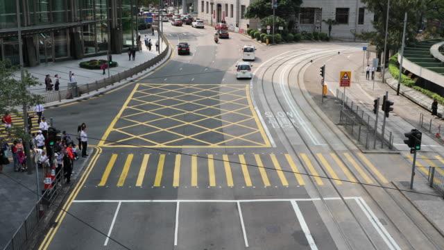 busy street on hong kong island, china - besichtigung stock-videos und b-roll-filmmaterial