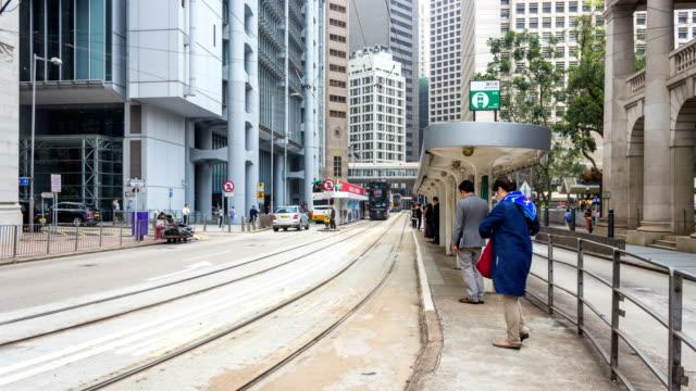 beschäftigt straße auf hong kong island/4k time-lapse - straßenbahn stock-videos und b-roll-filmmaterial