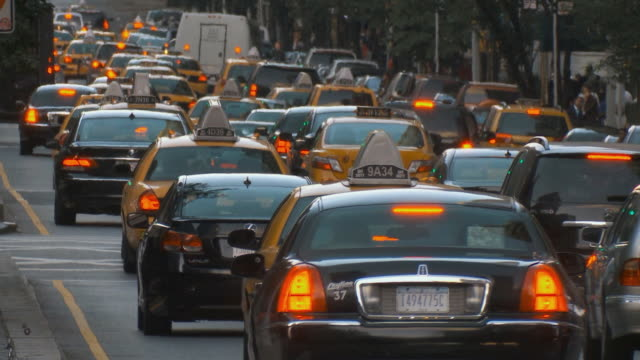 ws busy street traffic / new york city, usa - traffic点の映像素材/bロール