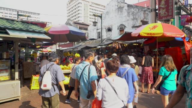 busy street with tourists at jalan petaling , kuala lumpur - kuala lumpur点の映像素材/bロール