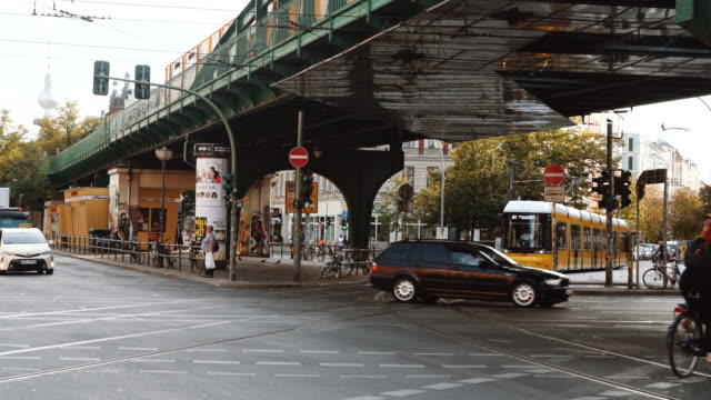 vídeos y material grabado en eventos de stock de calle muy transitada con tranvía en berlín, alemania - berlín