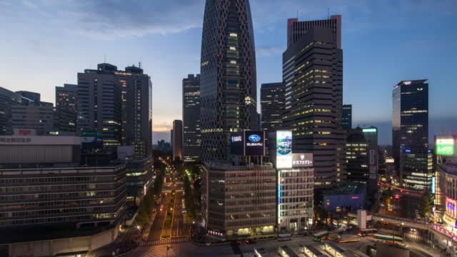 vídeos de stock e filmes b-roll de busy streets in tokyo and the view of shinjuku aera / tokyo, japan - bairro de shinjuku