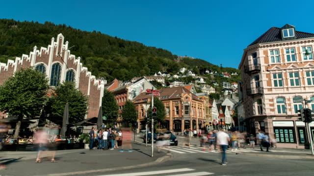 vídeos y material grabado en eventos de stock de busy streets on bergen norway time lapse - señal de nombre de calle