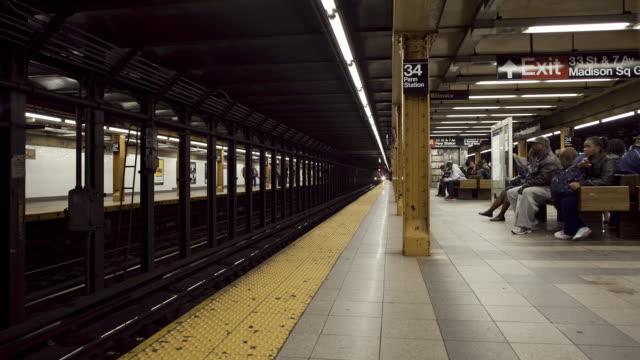 t/l ws busy subway station / new york city, new york, usa - bahnreisender stock-videos und b-roll-filmmaterial