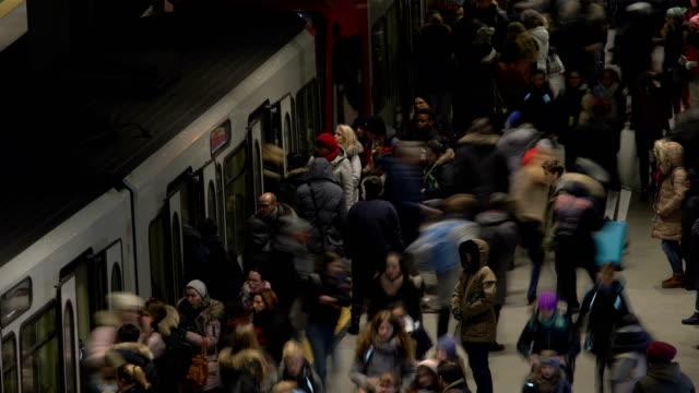 vidéos et rushes de busy subway station - quai de gare