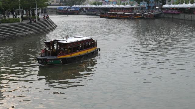 クラークキー桟橋の忙しいツアーボート - シンガポール川点の映像素材/bロール