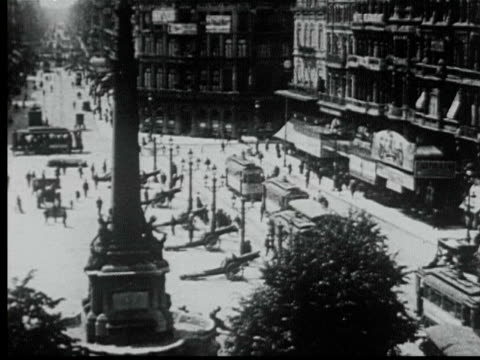 1925 b/w ws ha busy town square w/ monument + street cars / brussels, belgium - ベルギー点の映像素材/bロール