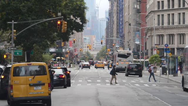 stockvideo's en b-roll-footage met busy traffic and new constructions in the distance in new york city in the autumn amid the 2020 global coronavirus pandemic, people wearing face mask... - dog run