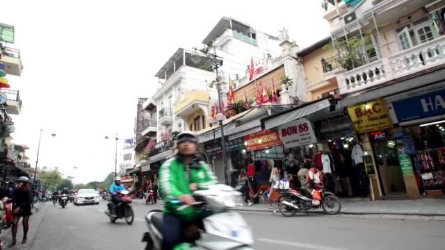vídeos de stock e filmes b-roll de busy traffic and street scenes in hanoi, vietnam - vista geral